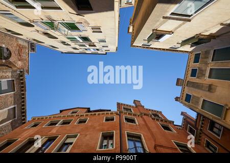 Venedig Gebäude und Häuser Fassaden Low Angle View an einem sonnigen Tag, blauer Himmel in Italien