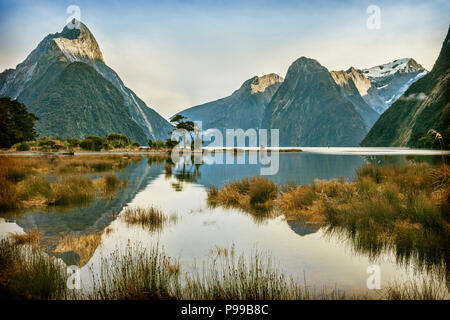 Mitre Peak, Milford Sound, Fiordland National Park, Neuseeland. Weltberühmten Milford Sound ist ein Symbol von Neuseeland und ein UNESCO-Weltkulturerbe, - Stockfoto