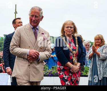 Editorial: Mitglieder der Öffentlichkeit und britischen Roayalty. Seine königliche Hoheit Prinz Charles & Camilla, Herzogin von Cambridge, Fowey, Cornwall, 16.07.2018. TRH sind Grüße - Stockfoto