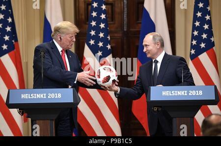 Helsinki, Finnland. 16. Juli 2018. Der russische Präsident Wladimir Putin stellt eine FIFA World Cup Soccer Ball zu US-Präsident Donald Trump während einer gemeinsamen Pressekonferenz zum Abschluss der USA-Russland Gipfel im Präsidentenpalast Juli 16, 2018 in Helsinki, Finnland. Credit: Planetpix/Alamy leben Nachrichten - Stockfoto