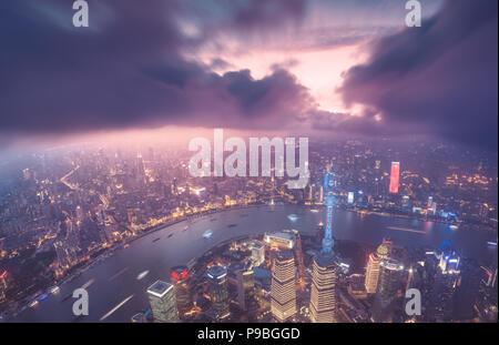Shanghai Skyline der Stadt, mit Blick auf die Wolkenkratzer von Pudong und den Fluss Huangpu. Shanghai, China. - Stockfoto