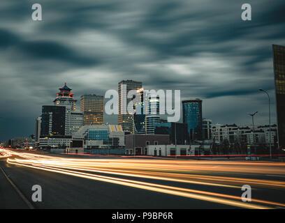 Street Nacht in Astana mit Blick leichte Wanderwege Verkehr über Stadt Kasachstan - Stockfoto