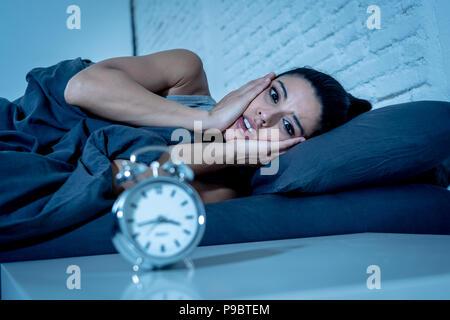 Junge schöne Hispanic Frau zu Hause Schlafzimmer im Bett lag, spät in der Nacht versuchen, Leiden, Schlaflosigkeit, Schlafstörung, Schlafen oder auf Alpträume Angst - Stockfoto