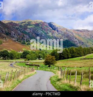 Kleine kurvenreiche Landstraße durch die Langdale Valley im Nationalpark Lake District, Cumbria, England, Großbritannien - Stockfoto