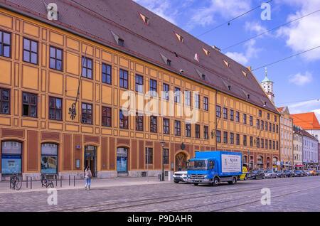 Augsburg, Bayern, Deutschland - Typische Straße Szene vor dem historischen Gebäude Ensemble von Fürst Fugger Privatbank auf Maxmilian Straße. Augsburg, - Stockfoto