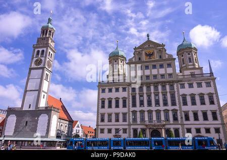 Augsburg, Bayern, Deutschland - 10. September 2015: Das historische Rathaus und die perlach Turm auf dem Stadtplatz. - Stockfoto