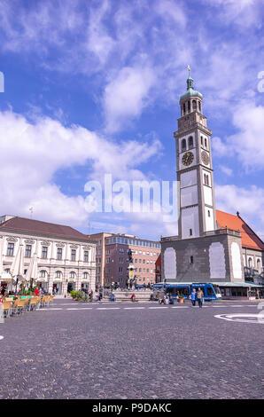 Augsburg, Bayern, Deutschland - 10. September 2015: Die historischen Perlach Turm auf dem Stadtplatz. - Stockfoto