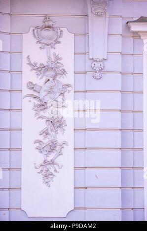 Augsburg, Bayern, Deutschland - Detail der Fassade des Schaezlerpalais in der Nähe des Herkules Brunnen auf Maximilian Straße. - Stockfoto