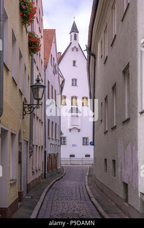 Augsburg, Bayern, Deutschland - Blick durch die enge Gasse von Schleifergäßchen zum Kloster der Franziskanerinnen von Maria Stern. - Stockfoto