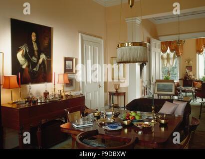 Große Öl Malerei über Sideboard In Stadthaus Esszimmer Mit Antiken Tisch  Und Tür Zum Wohnzimmer
