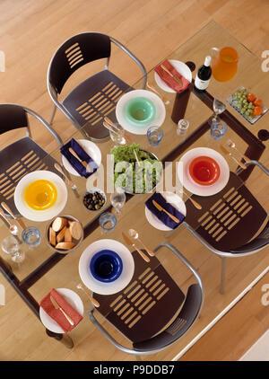 ... Luftaufnahme Von Bunten Schüsseln Auf Weiße Platten Auf Glas Tisch In  Dem Modernen Speisesaal Mit Schwarze