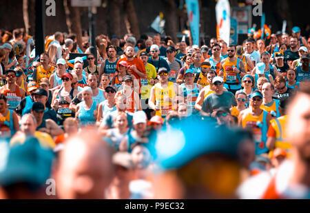Läufer, die sich an der jährlichen London Marathon, der erste London Marathon inszeniert wurde im Jahr 1981. - Stockfoto