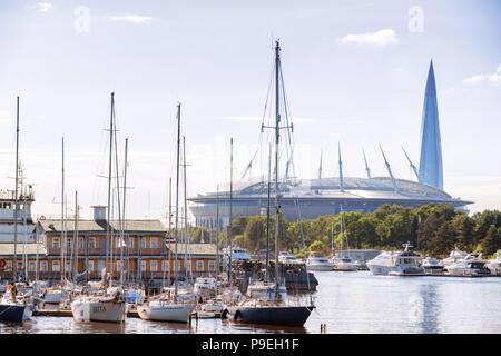 Sankt Petersburg. Russland - 03. Juli 2018. Marina mit Yachten und Fernsicht auf Krestovsky Stadion (Zenit Arena) und Gazprom Tower - Stockfoto