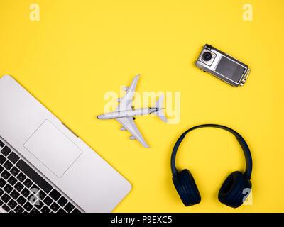 Travel Concept anzeigen Flugzeug, Kamera und Kopfhörer - Stockfoto