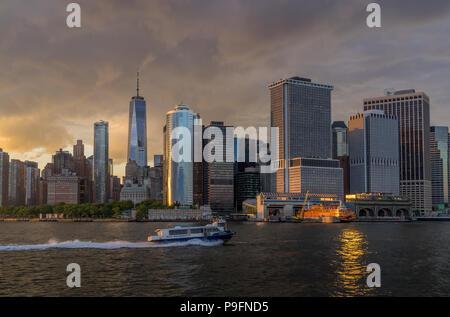 New York, NY USA - Juni 4, 2018. Panorama Ansicht von NYC Manhattan Skyline mit Segelboot vorbei in den Hafen von New York - Stockfoto