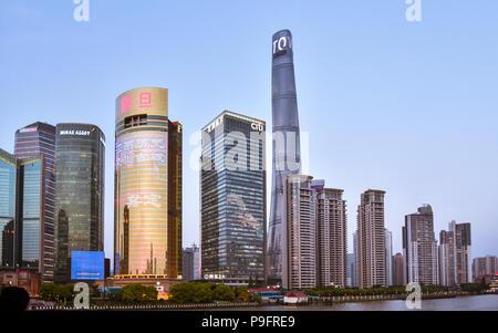 Am frühen Abend Blick auf die Hochhäuser im neuen Stadtteil Pudong von Shanghai, China. - Stockfoto