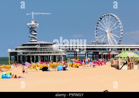 Menschenmassen genießen die Einrichtungen im Strand von Scheveningen, Den Haag, Niederlande - Stockfoto