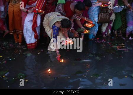 Dhaka, Bangladesch: Hindu devotee Frauen release Öllampen an den Fluss Buriganga, wie Sie ein Ritual namens Bipodnashini Puja in Dhaka, Bangladesch am 17. Juli 2018 zu beachten. Während des Rituals von Menschen aus der hinduistischen Gemeinschaft langen Tag Ritual nehmen und schnell zu halten. Eng mit der Göttin Sankattarani assoziiert und gilt als einer der 108 Avatare der Göttin Durga, Bidaptarini ist besonders für die Hilfe bei der Überwindung von Schwierigkeiten gebetet. © REHMAN Asad/Alamy Stock Foto - Stockfoto