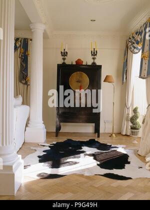 Kuh - Ausblenden Wolldecke und orientalische Schrank in Land Wohnzimmer mit klassischen Spalte - Stockfoto