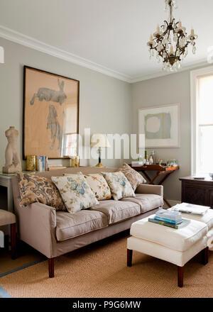 gepolsterte hocker und grauen sofa vor fenster mit floral gardinen rot 80er jahre wohnzimmer. Black Bedroom Furniture Sets. Home Design Ideas
