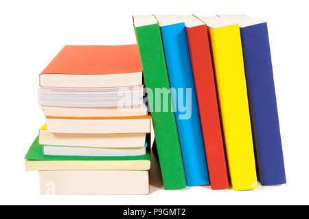 Kleiner Haufen und schiefen Reihe von bunten Bücher isoliert auf weißem Stockfoto
