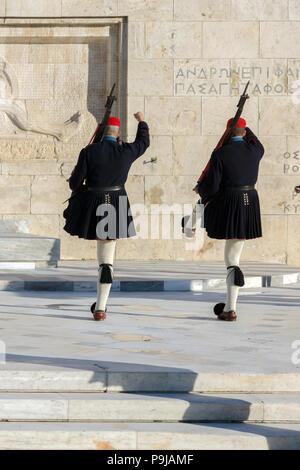 Athen, Griechenland - 19. JANUAR 2017: Evzones - Presidential zeremoniellen Wachen in das Grab des Unbekannten Soldaten im griechischen Parlament, Athen, Griechenland - Stockfoto