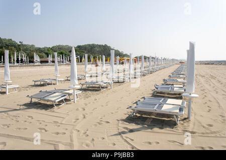 Europa, Italien, Veneto, Caorle. Strand vorbereitet für Touristen in Lido Altanea, Citta di Caorle. - Stockfoto