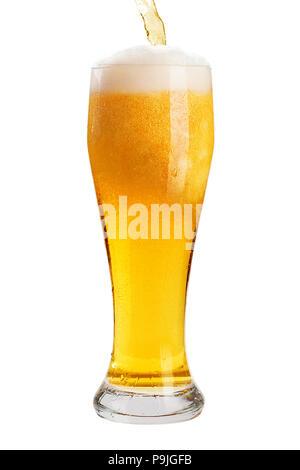 Ein Glas kühles Bier mit Schaum, Freisteller, Blasen in ein Getränk, auf einem weißen Hintergrund, isoliert - Stockfoto