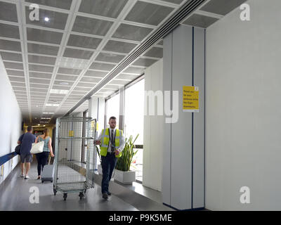 Flughafen Arbeiter arbeiten an der Flüge am Flughafen Manchester, Klemme 3 - Stockfoto