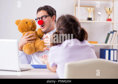 Lustige Kinderarzt mit kleinen Mädchen in regelmäßigen Check-up - Stockfoto