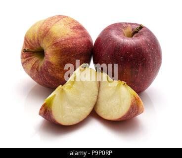 Gala Äpfel, zwei ganze, Scheiben, auf weißem Hintergrund Stockfoto