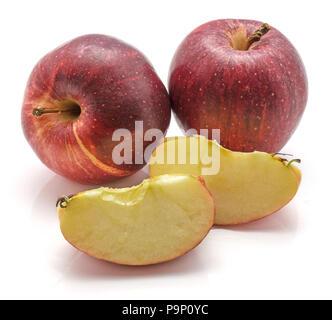 Gala Äpfel, zwei ganze, zwei Scheiben, auf weißem Hintergrund Stockfoto
