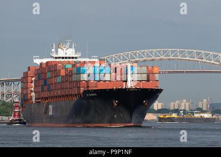 Containerschiff ZIM SHANGHAI eastbound Kill Van Kull für den New Yorker Hafen. - Stockfoto
