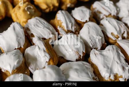 Kuchen auf einem Abstand in großen Mengen. - Stockfoto