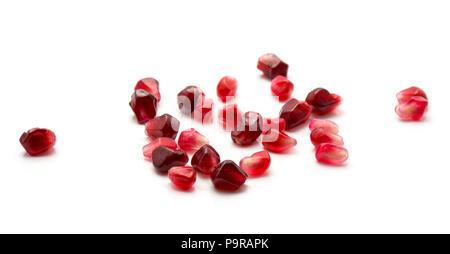 Haufen von ruby Granatapfel Körner auf weißem Hintergrund wie Juwel isoliert - Stockfoto