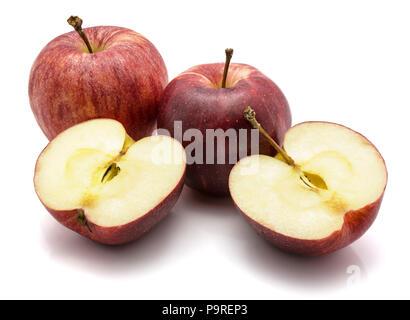 Gala Äpfel, zwei ganze und eine halbierte, auf weißem Hintergrund Stockfoto