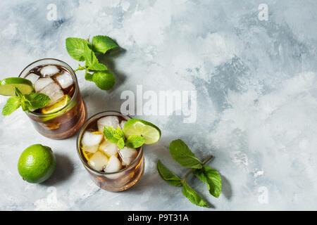 Rum und Cola. Cuba Libre trinken mit Kalk und Eis auf rustikalen konkrete Tabelle. Platz kopieren - Stockfoto
