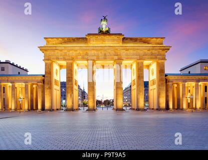 Panoramablick auf Brandenburger Tor (Brandenburger Tor), einer der bekanntesten Wahrzeichen und nationale Symbole in Deutschland, schönen Abend l - Stockfoto