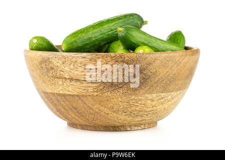 Frisches Grün Mini Gurken in eine hölzerne Schüssel auf weißem Hintergrund - Stockfoto