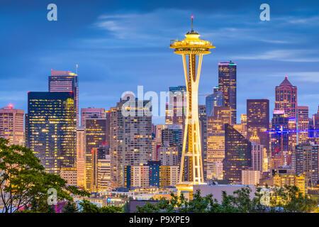 SEATTLE, Washington - 26. Juni 2018: Die Space Needle Türme vor der Downtown Seattle Skyline in der Dämmerung. - Stockfoto