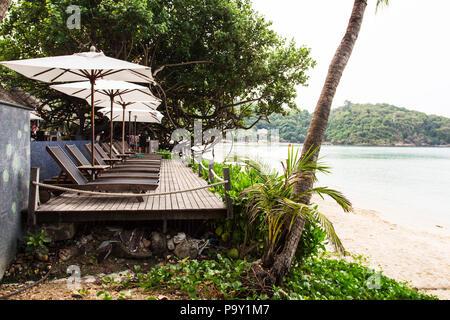 Liegestuhl mit Sonnenschirm. Ao Prao, Koh Samed. Thailand - Stockfoto