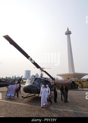 Hubschrauber bei TUGU MONUMEN NASIONAL. Reisen in Jakarta, die Hauptstadt Indonesiens. 4. Oktober 2012. - Stockfoto