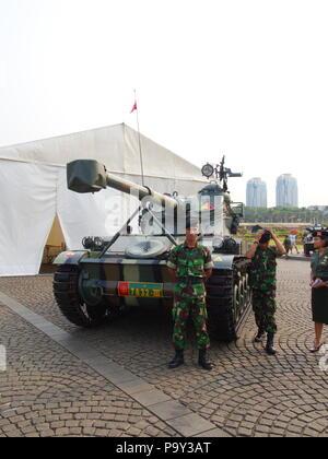 Armee und Tank bei TUGU MONUMEN NASIONAL. Reisen in Jakarta, die Hauptstadt Indonesiens. 4. Oktober 2012. - Stockfoto