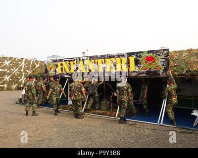 Armee und Tank bei TUGU MONUMEN NASIONAL. Reisen in Jakarta, die Hauptstadt Indonesiens. 4. Oktober, 2012 - Stockfoto