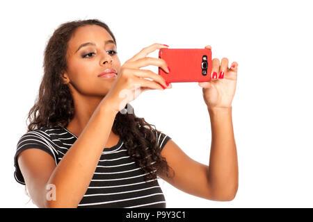 Junge und glückliche dunkelhäutige Mädchen Fotos mit Ihrem Smartphone - Stockfoto
