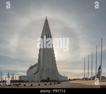 Sun Halo um die Kirche Hallgrimskirkja in Reykjavik, Island - Stockfoto