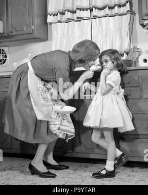 1960 s Frau Mutter in der Küche der Disziplinierung der Mädchen ihre Tochter-j 11946 HAR 001 HARS WUT ANGST KOMMUNIKATION LIFESTYLE FRAUEN LEBEN ZU HAUSE KOPIEREN RAUM VOLLER LÄNGE DAMEN TÖCHTER PERSONEN DISZIPLIN PFLEGE B&W TRAURIGKEIT HAUSWIRTSCHAFTSLEITERIN STRAFE HAUSFRAUEN AUFREGUNG BEHÖRDE HAUSFRAUEN STRENGE KONZEPTIONELLE RÜGEN ZEIGEFINGER Verhalten disziplinieren gutes Verhalten jugendliche Mitte nach Mitte der erwachsenen Frau benommen MAMMEN GEHORSAM AUSSCHIMPFEN, zitternden Finger SCHWARZ UND WEISS KAUKASISCHEN ETHNIE HAR 001 FEHLVERHALTEN ALTMODISCHE SCHELTE - Stockfoto