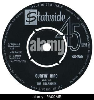 """UK 45 U/min 7"""" Single von Surfin' Bird von der Trashmen auf der Stateside Label aus dem Jahre 1964. Songwriting zu Steve Wahrer auf dem Etikett gutgeschrieben, aber später gutgeschrieben Al Frazier, Sonny Harris, Carl Weiß und Turner Wilson Der Rivingtons."""