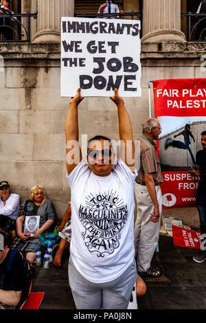 Eine Frau Hält ein Pro Immigrant Zeichen während einer Anti Trump Protest, Trafalgar Square, London, England - Stockfoto