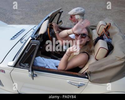 Zwei Leute, die in der britischen Sportwagen der Panther im Süden von Frankreich. Modell und Eigentum freigegeben - Stockfoto